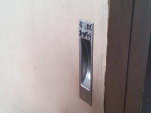 ドアに文字